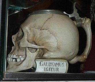 """Gaudeamus igitur - """"Gaudeamus igitur"""" on a skull-shaped tankard, Valentin-Karlstadt-Museum, Munich"""