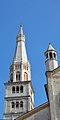 Ghirlandina e una delle torrette sulla facciata del Duomo.jpg