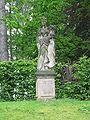 Großharthau, Park (weibl. Sandsteinstatue, Füllhorn mit Blumen, rechts innen).JPG