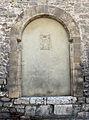 Gubbio, palazzo dei consoli, esterno, livello inferiore, finestra per i morti e stemma.JPG