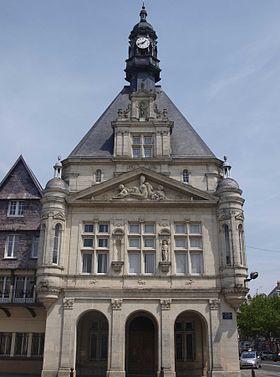 Façade Renaissance de l'hôtel de ville de Péronne.