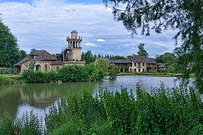 Le Hameau de la Reine, avec, à gauche, la tour de Marlborough, au centre l'étang et au fond à droite la Maison de la Reine