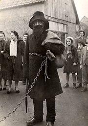 Hans Trapp, le père Fouettard alsacien, vu en 1953.