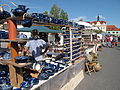 Hrnčířské trhy Beroun 2011, modrá keramika a modrý pán.JPG
