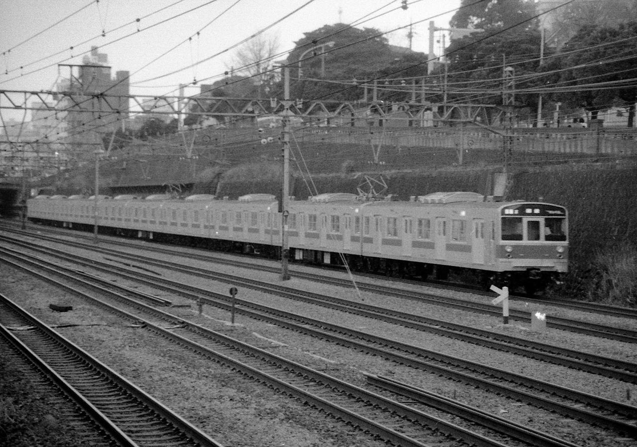 https://upload.wikimedia.org/wikipedia/commons/thumb/1/16/JNR_203_running_Yokosuka_line.jpg/1280px-JNR_203_running_Yokosuka_line.jpg