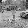 Jongen in gummilaarzen baant zich een weg door modderpoelen, Bestanddeelnr 255-0653.jpg