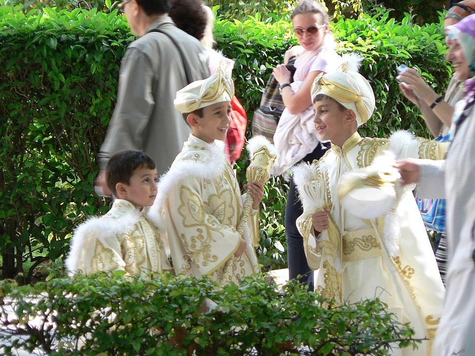 Jongetjes in prinsenkledij voor besnijdenisfeest