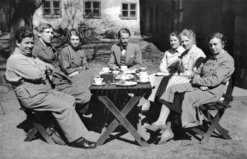 Kaffepaus i trädgården, Posis. Stockholm. Fr.v. Toulis, B - SMVK - C06314.tif