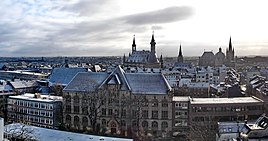 Panoramic view of Aachen, including Kaiser Karls Gymnasium (foreground), townhall (back center) and کلیسای جامع آخن (back right)