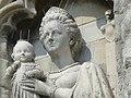 Koningin Wilhelmina en prinses Juliana in de gevel van het stadhuis te Middelburg 2.jpg