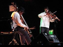 Von links nach rechts: Tomasz Lato und Tomasz Kukurba während des Konzerts in Mieres