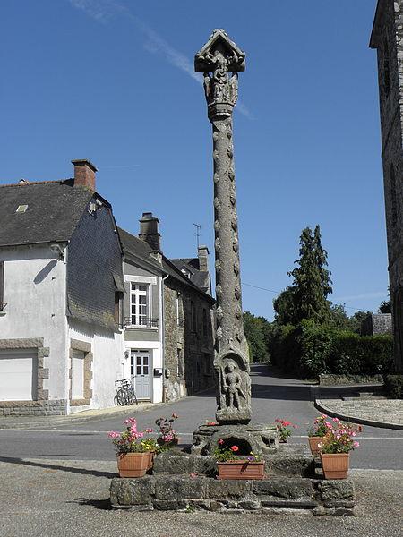 Croix monumentale du XVème siècle sise place de l'église, commune de La Ferrière (22).