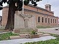 Le Quesnoy (Nord, Fr) monument aux morts et église.JPG