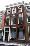 foto van Pand met lijstgevel, zes vensters gedekt door strekken met maskersluitsteen