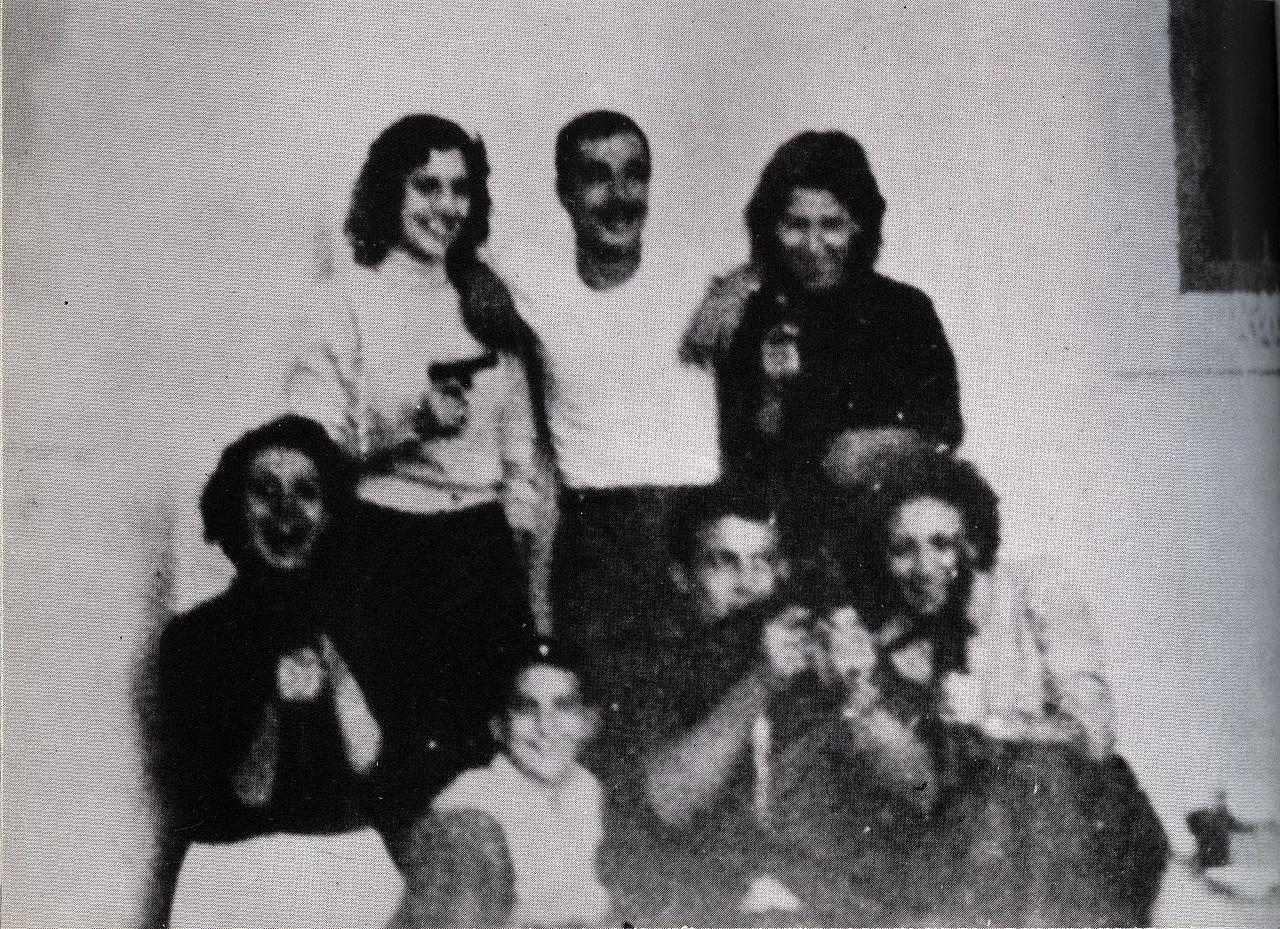 De gauche à droite, derrière: Djamila Bouhired, Yacef Saâdi et Hassiba Ben Bouali. Devant: Samia Lakhdari, Omar, le neveu de Yacef Saadi, Ali la Pointe, une arme à la main, et Zohra Drif.
