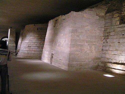 Restos de la fortaleza original sobre la que se construyó el palacio.