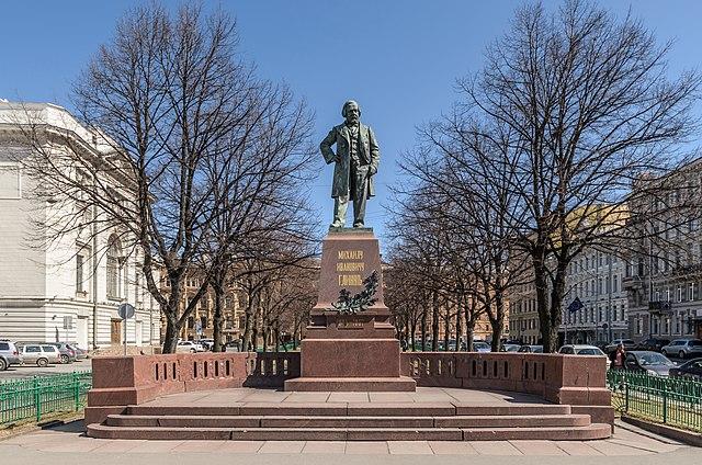 Монумент Глинке на Театральной площади рядом с Мариинским театром и консерваторией в Санкт-Петербурге