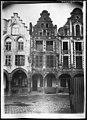 Maison - Façades des maisons de la Grande Place - Arras - Médiathèque de l'architecture et du patrimoine - APDU001329B.jpg