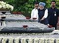 Manmohan Singh paying homage at the Samadhi of former Prime Minister, Rajiv Gandhi on the occasion of his 64th birth anniversary, at Vir Bhoomi.jpg