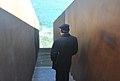 Manuel Reyes Mate al monument que Dani Karavan va dedicar a Benjamin a Portbou.jpg
