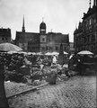 Marknad på torget framför rådhuset i Halle - TEK - TEKA0115201.tif