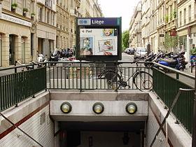 Entrée de la station sur le terre-plein de la rue de Liège.