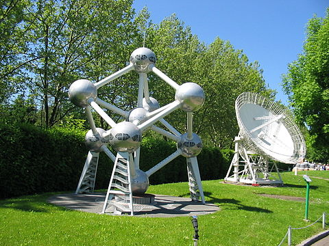 A model of the Atomium at Minimundus showing the support columns containing external stairs.