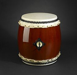 Photo of a barrel-shaped ch?-daiko, with a fastened cloth hanging down from the drum head.