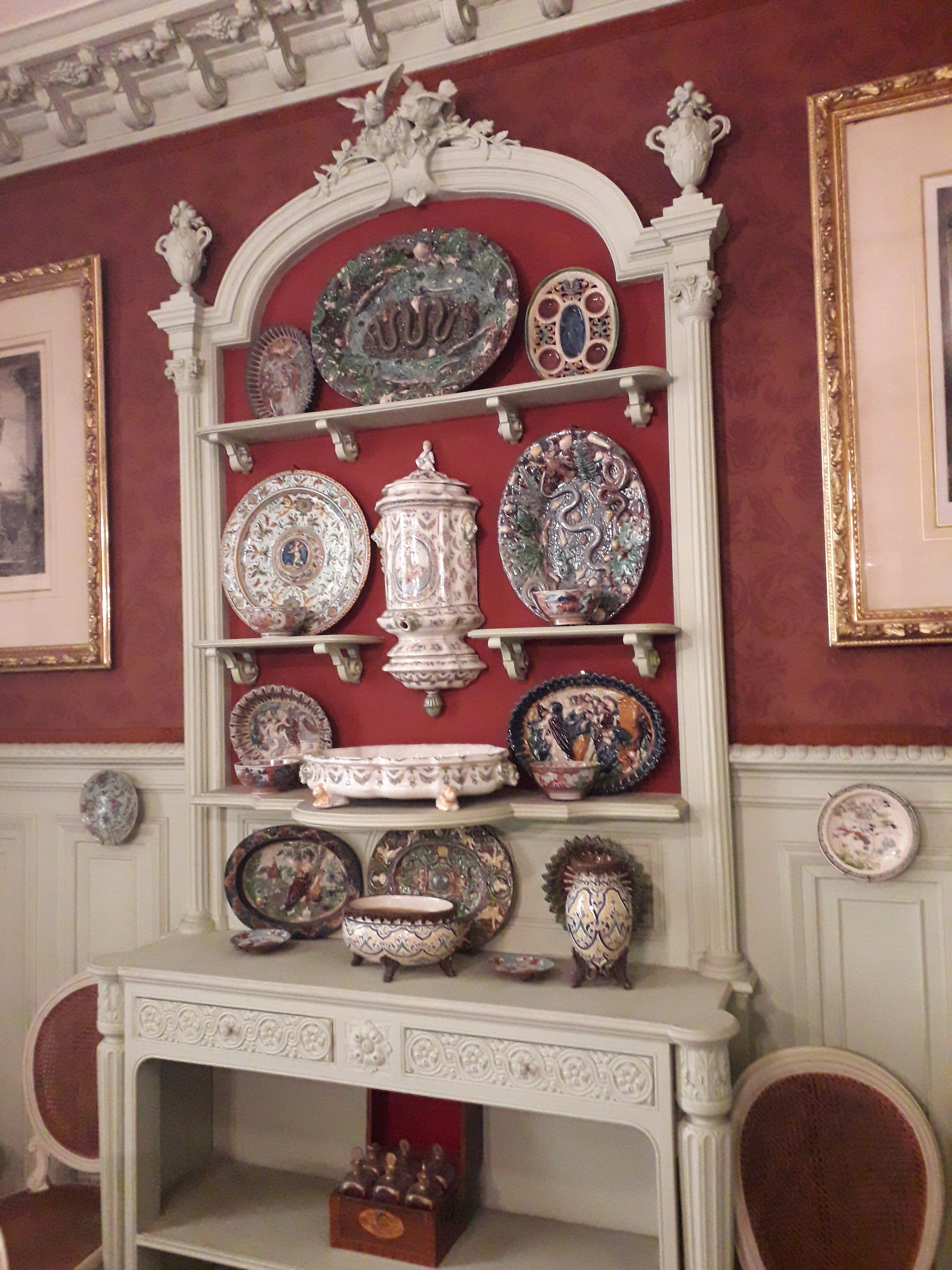 File:Musée Gustave-Moreau, salle à manger, vaisselier et vaisselle ...