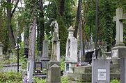 Nagrobki na cmentarzu.jpg