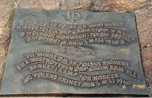 """Brązowa tablica wmurowana w kamienny cokół. Na tablicy niewielki orzeł centralnie na górze i napisy poniżej: """"Pamięci 59 polskich marynarzy niszczyciela ORP Grom który w walce o niepodległość Polski i Norwegii został zatopiony w dniu 4 maja 1940 r."""" oraz oddzielony od powyższego zarysem sylwetki niszczyciela napis w języku norweskim: """"Till minne om 59 polske sjømenn fra destroyeren ORP Grom som ble senket i kamp for norges og polens frihet den 4 mai 1940""""."""