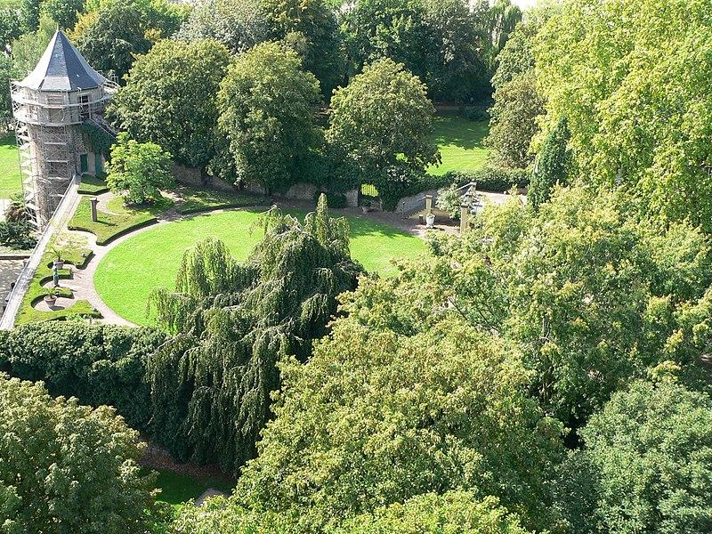 File:Neues Schloss Höchst Garten.jpg