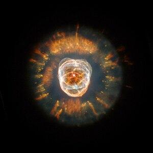NGC 2392 montre des structures asymétriques à plusieurs échelles