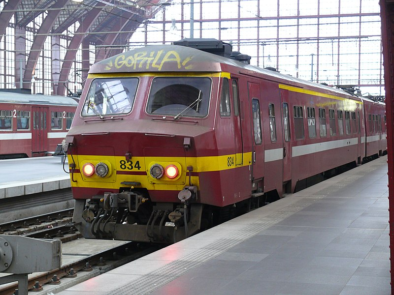 NMBS 834 (type MS75) at platform 1 (level +1) in Antwerp Central Station.