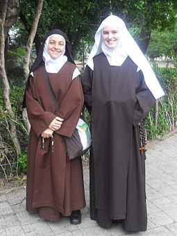 Carmelite nun and novice Nun and novice discalced carmelites in Porto Alegre Brazil 20101129.jpeg