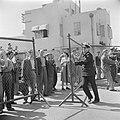 Op een kade van de haven van Haifa wachten relaties van de emigranten (oliem) a…, Bestanddeelnr 255-1126.jpg
