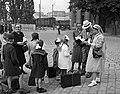 Országos Gyermekvédő Liga nővére és gyerekek a Déli pályaudvarnál 1943-ban. Fortepan 72339.jpg