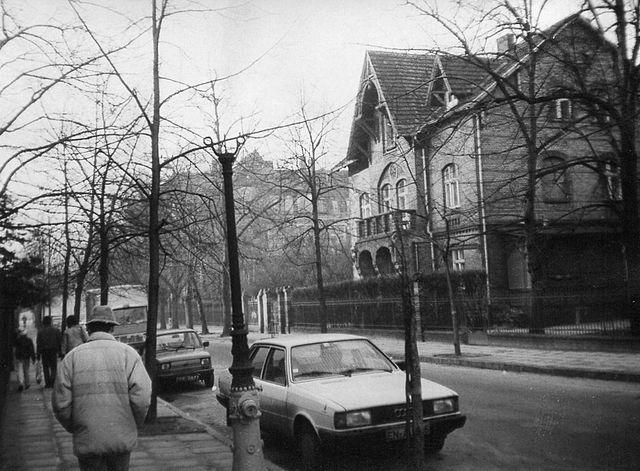 https://upload.wikimedia.org/wikipedia/commons/thumb/1/16/Orzeszkowej_Street_in_Poznan%2C_Audi%2C_16.12.1989.jpg/640px-Orzeszkowej_Street_in_Poznan%2C_Audi%2C_16.12.1989.jpg