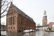 Overzicht van de kerk op het Marktplein met de vrijstaande toren op de achtergrond, vanuit het noordoosten gezien - Winschoten - 20416422 - RCE.jpg