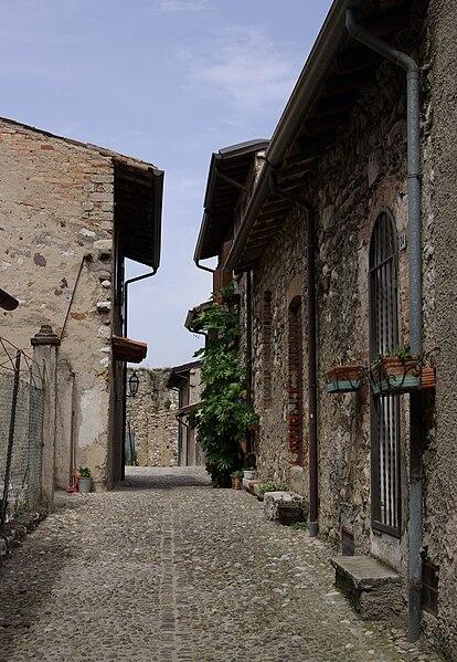 File:Padenghe sul Garda Castello 005.JPG