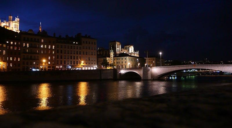 Alpha- bébête 800px-Palais_Saint-Jean_Primatiale_Saint-Jean_Pont_Bonaoparte_vue_nocturne