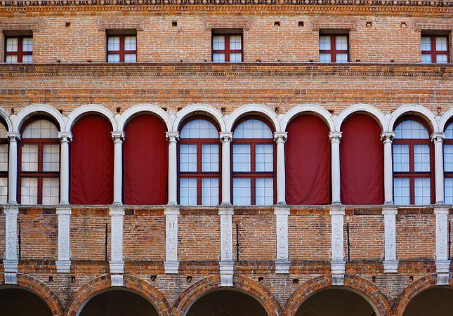 Palazzo Costabili detto di Ludovico il Moro - Particolare del cortile d'onore.jpg