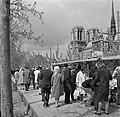 Passanten langs de boekenstalletjes aan de kade van de Seine, met op de achtergr, Bestanddeelnr 254-0466.jpg