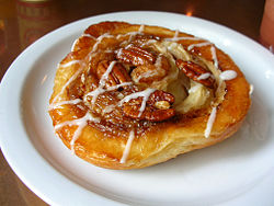 Pecan cinnamon roll at Cherry Street Coffehouse, March 2009.jpg