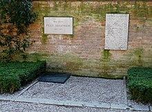 La lapide sulla tomba di Peggy Guggenheim