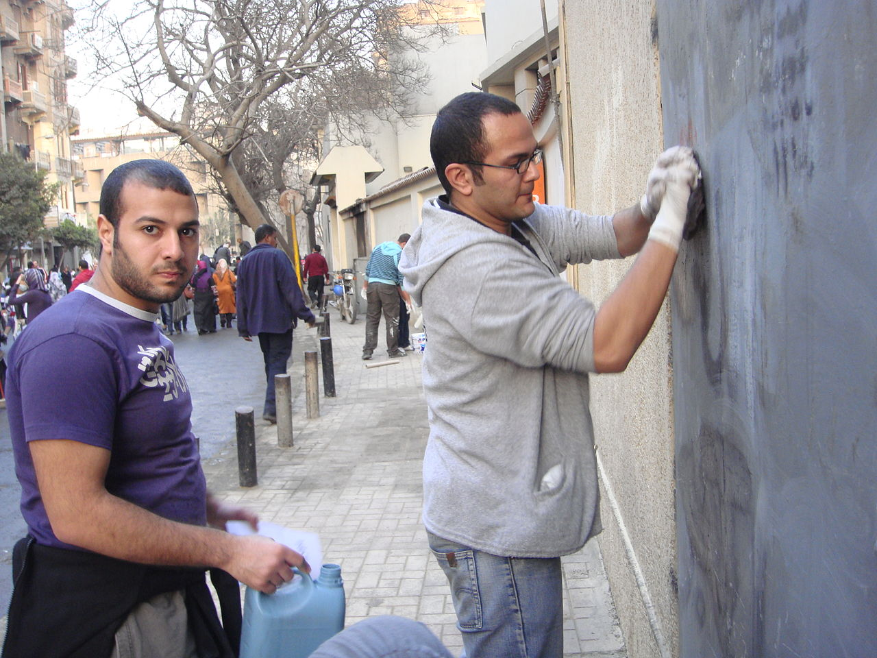 File:People cleaning the doors of theyr houses after the ...