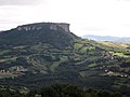 Pietra di Bismantova from the Side - panoramio.jpg