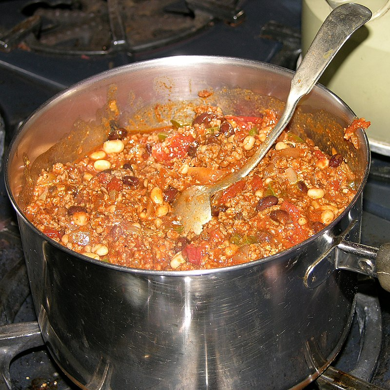 https://upload.wikimedia.org/wikipedia/commons/thumb/1/16/Pot_of_Chili.jpg/800px-Pot_of_Chili.jpg
