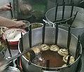 Préparation et friture de bánh cống à Cân Thơ.jpg