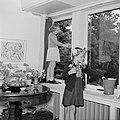 Prinses Irene poetst, staande op de vensterbank, een raam met een klasgenote, Bestanddeelnr 255-7408.jpg